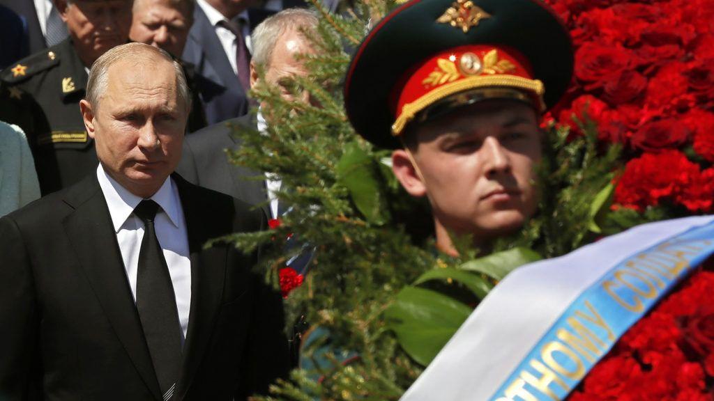 Moszkva, 2018. június 22.Vlagyimir Putyin orosz elnök megkoszorúzza az ismeretlen katona sírját a Szovjetunió elleni náci német támadás megindításának 77. évfordulóján 2018. június 22-én. (MTI/EPA/Jurij Kocsetkov)