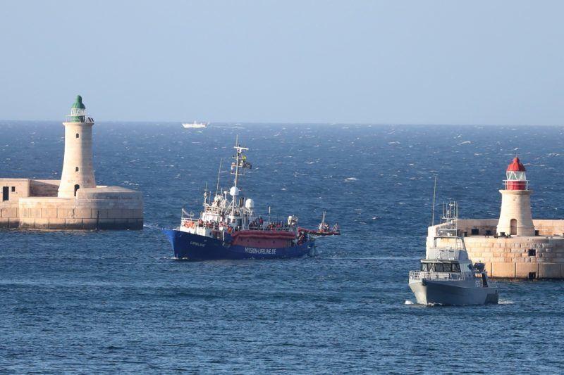 Valletta, 2018. június 28. A Mission Lifeline német civil szervezet Lifeline mentõhajója 224 migránssal a fedélzetén befut a máltai fõváros, Valletta Nagy Kikötõjébe 2018. június 27-én. A hajó hat napon át várakozott a kimentett emberekkel a nemzetközi vizeken Málta elõtt a Földközi-tengeren, mert nem kapott kikötési engedélyt Spanyolországban, Olaszországban és Máltán sem, végül Joseph Muscat máltai miniszterelnök engedélyezte a kikötést, ugyanakkor jogi eljárással fenyegette meg a hajó legénységét. (MTI/EPA/Domenic Aquilina)