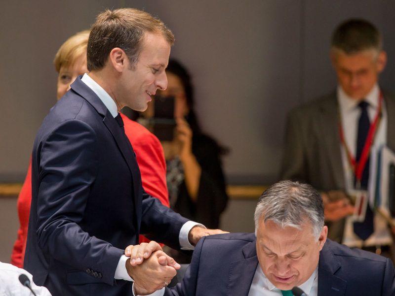 Brüsszel, 2018. június 29.Emmanuel Macron francia elnök (b) és Orbán Viktor miniszterelnök Angela Merkel német kancellár (takarásban) társaságában az Európai Unió brüsszeli csúcstalálkozója második napi tanácskozása kezdetén 2018. június 29-én. (MTI/EPA/Stephanie Lecocq)