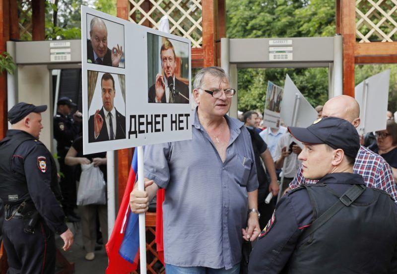 """Moszkva, 2018. július 18. """"Nincs pénz"""" jelentésû felirat egy többek közt Dmitrij Medvegyev orosz miniszterelnököt (b, alul) ábrázoló transzparensen az orosz nyugdíjrendszer módosítása ellen tüntetõ ellenzéki tiltakozáson a moszkvai Szokolnyiki Parkban 2018. július 18-án. A napokban kerül az orosz törvényhozás alsóháza, az Állami Duma elé szavazásra elsõ olvasatban az a törvényjavaslat, amely a férfiak nyugdíjkorhatárát a jelenlegi 60 életévrõl 65-re, míg a nõkét 55 évrõl 63-ra emelné. (MTI/EPA/Jurij Kocsetkov)"""