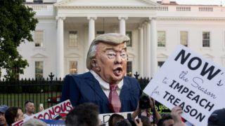 Washington, 2018. július 19. Tüntetõk Donald Trump amerikai elnököt ábrázoló gúnyfigurával követelik az elnök lemondását, a demokrácia védelmét és a korrupció elleni szembeszállást a washingtoni Fehér Ház elõtt 2018. július 18-án, két nappal a Putyin-Trump csúcstalálkozó után. (MTI/EPA/Michael Reynolds)