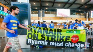 Charleroi, 2018. július 25. A Ryanair ír diszkont légitársaság dolgozói tiltakoznak a Brüsszel–Charleroi repülõtéren 2018. július 25-én. Ezen a napon és július 26-án 2400 járatból több százat törölnek a spanyol, a portugál, az olasz és a belga fedélzeti legénység munkabeszüntetése miatt, akik így tiltakoznak a silány munkakörülmények és a cég kicsinyessége ellen. A lépés mintegy 50 ezer utast érint. (MTI/EPA/Stephanie Lecocq)