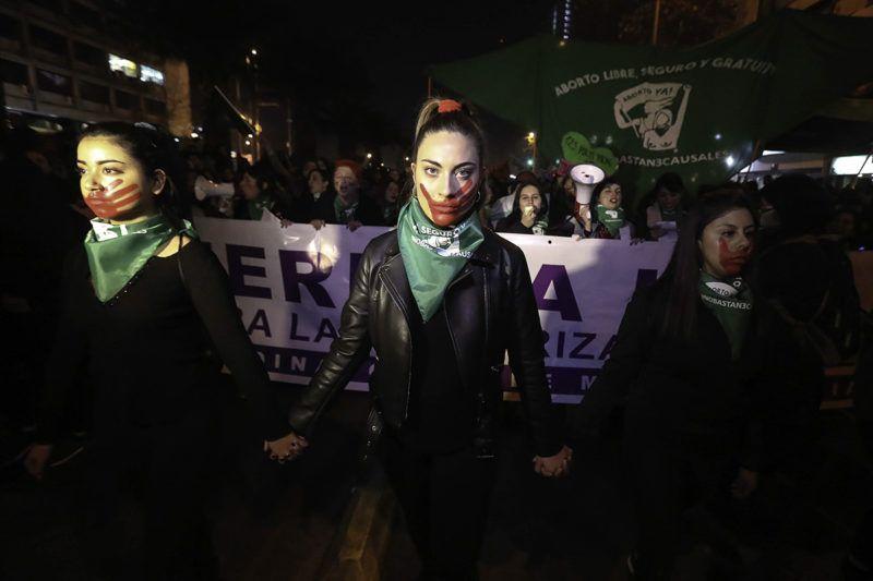 Santiago, 2018. július 26.A művi terhesség-megszakítás legalizálásáért tüntetnek a chilei fővárosban, Santiagóban 2018. július 25-én. A napokban abortuszra vonatkozó törvényjavaslat került a chilei törvényhozás, a kongresszus elé, miután a 2018. márciusban megválasztott elnök, Sebastián Pinera szigorított az abortuszt engedélyező hatályos jogszabályokon. (MTI/EPA/Alberto Valdes)