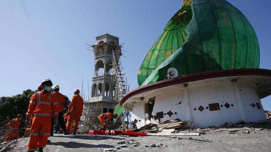Tanjung, 2018. augusztus 7. Túlélõk után kutatnak egy összedõlt mecset romjai között az indonéziai Lombok szigetének északi részén levõ Tanjungban 2018. augusztus 7-én. A két nappal ezelõtti 7-es erõsségû földmozgásban, amelynek epicentrumát Lombok-szigeten mérték 10,5 kilométeres mélységben, legkevesebb 142 ember életét vesztette. (MTI/EPA/Adi Weda)