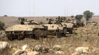 Golán-fennsík, 2018. augusztus 7. Izraeli katonák páncélozott szállító harcjármûvel gyakorlatoznak az Izraelt és Szíriát elválasztó határsávon, a Golán-fennsík izraeli részén 2018. augusztus 7-én. (MTI/EPA/Atef Szafadi)