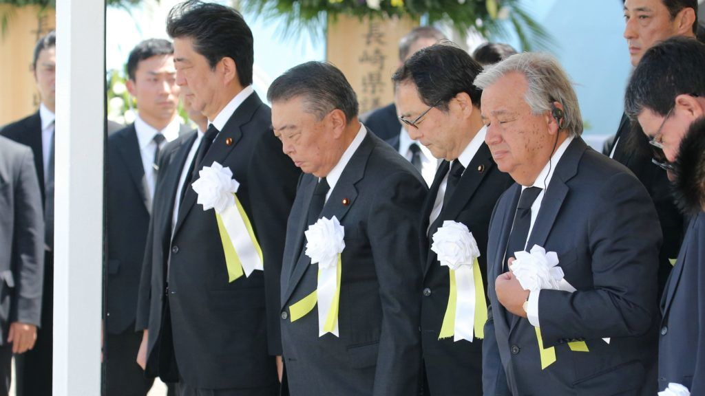 Nagaszaki, 2018. augusztus 9. Abe Sindzó japán miniszterelnök (b) és António Guterres ENSZ-fõtitkár (j) a város elleni amerikai atomtámadás 73. évfordulójának alkalmából tartott ünnepségen a nagaszaki Béke Parkban 2018. augusztus 9-én. A történelem második atombombáját Nagaszakira dobták, ami 70 000 halálos áldozatot követelt a támadáskor, a következõ évtizedekben pedig még tízezrek haltak meg sugárfertõzés következtében. (MTI/EPA/Jiji Press)