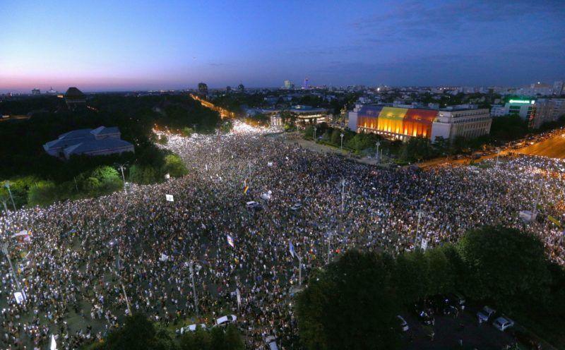 Bukarest, 2018. augusztus 11. Tüntetõk népesítik be a román kormány épülete elõtti Victoria teret, Bukarestben, a nyári szabadságuk idején külföldrõl hazatért vendégmunkások, a román diaszpóra tagjainak kormányellenes tüntetésén 2018. augusztus 10-én. (MTI/EPA/Vlad Chirea)