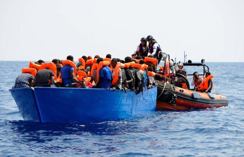 Földközi-tenger, 2018. augusztus 13. Az SOS Méditerranée civil szervezet 2018. augusztus 13-án közreadott felvételén a szervezet munkatársai Európába igyekvõ afrikai bevándorlókat vesznek át bárkából gumicsónakjukba, hogy a közelben várakozó Aquarius mentõhajóra szállítsák õket a Földközi-tengeren augusztus 10-én. Az Aquarius európai kikötõt keres 141 migránssal a fedélzetén. (MTI/EPA/SOS Méditerranée/Guglielmo Mangiapane)