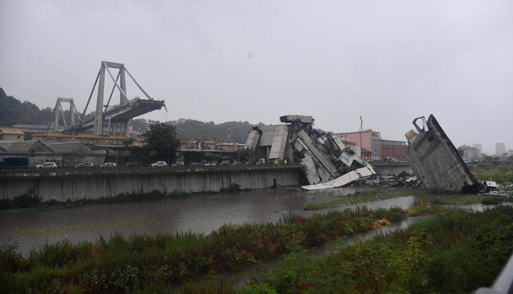 Genova, 2018. augusztus 14. Az A10-es autópálya leszakadt hídja Genova közelében 2018. augusztus 14-én. A balesetnek több tucat halottja van. (MTI/EPALuca Zennaro)