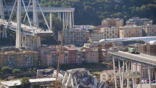 Genova, 2018. augusztus 15. Az A10-es autópálya leszakadt hídja Genova közelében 2018. augusztus 15-én. Az elõzõ nap bekövetkezett baleset halálos áldozatainak száma 38-ra nõtt. A híradások szerint továbbra is tíz eltûntet tartanak nyilván a hatóságok. A kórházban ápolt 15 sérült közül kilencnek súlyos az állapota. (MTI/EPA/Luca Zennaro)