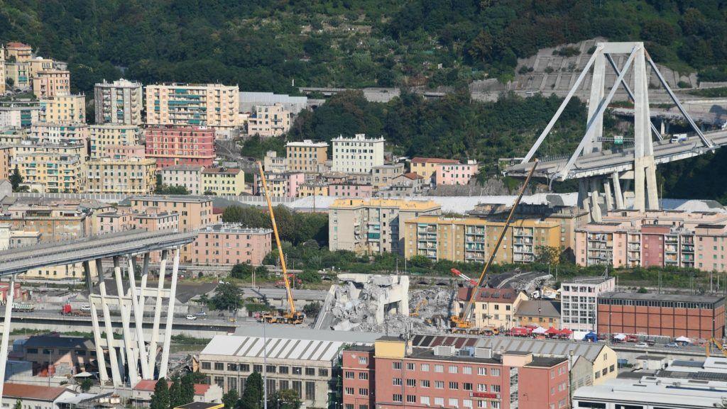 Genova, 2018. augusztus 19. Az A10-es autópálya leszakadt Morandi hídja Genovában 2018. augusztus 19-én. Az öt nappal korábban bekövetkezett balesetben legkevesebb 42 ember életét vesztette. (MTI/EPA/Luca Zennaro)