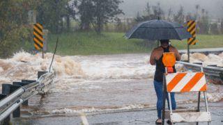 Hilo, 2018. augusztus 24. A Lane hurrikánnal érkezõ heves esõzések nyomán megáradt patak vize hömpölyög a hawaii Hilo településen 2018. augusztus 23-án. Donald Trump amerikai elnök rendkívüli állapotot hirdetett ki Hawaii valamennyi szigetére a 4-es erõsségû Lane hurrikán érkezése miatt.(MTI/AP/Bruce Omori)