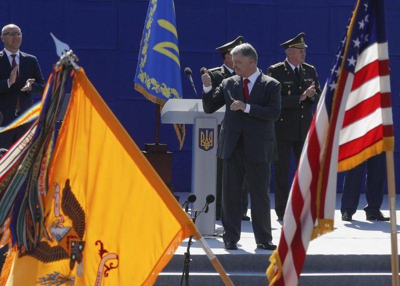 Kijev, 2018. augusztus 24. Petro Porosenko ukrán elnök (k) a függetlenség napján tartott díszszemlén, Kijevben 2018. augusztus 24-én. Az ország 1991-ig a Szovjetunió tagállama volt. (MTI/EPA/Szerhij Dolzsenko)