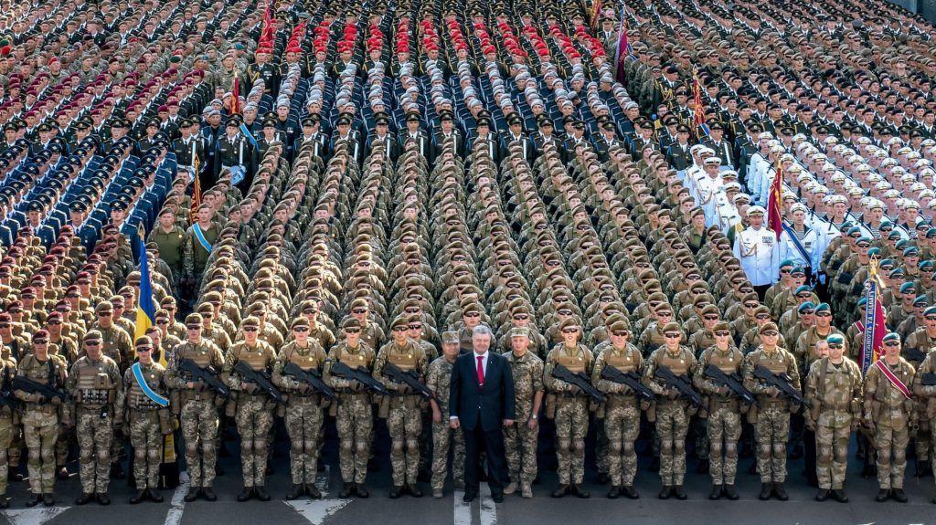 Kijev, 2018. augusztus 24. Az ukrán elnöki sajtószolgálat képén Petro Porosenko ukrán elnök (k) az ukrán hadsereg egységei függetlenségnapi díszszemléjének próbáján, Kijevben 2018. augusztus 22-én. Ukrajna 1991. augusztus 24-én kiáltotta ki függetlenségét. Az ország 1991-ig a Szovjetunió tagállama volt. (MTI/EPApool/Mikola Lazarenko)