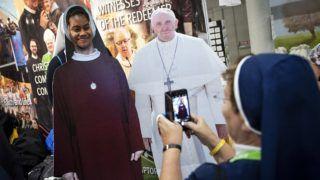 Dublin, 2018. augusztus 24. Ferenc pápát ábrázoló, kartonból kivágott figura mellett fényképezkedik egy apáca Dublinban 2018. augusztus 24-én, a római katolikus egyházfõ kétnapos írországi zarándoklatának kezdete elõtti napon. (MTI/EPA/Will Oliver)