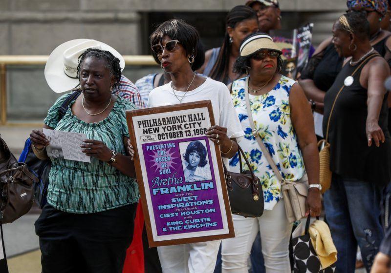 Detroit, 2018. augusztus 28. Gyászolók Aretha Franklin amerikai soulénekesnõ búcsúztatásán a detroiti Charles H. Wright Múzeumban 2018. augusztus 28-án. A tizennyolcszoros Grammy-díjas énekesnõ augusztus 16-án, 76 éves korában elhunyt. (MTI/EPA pool/Paul Sancya)
