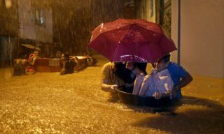 Marikina, 2018. augusztus 12. Fülöp-szigeteki emberek menekülnek a Yagi nevû trópusi vihar nyomán vízzel elárasztott otthonaikból Marikina városban 2018. augusztus 11-én. (MTI/EPA/Francis R. Malasig)