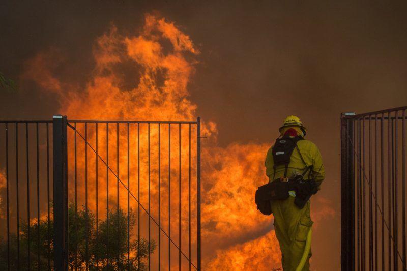 Corona, 2018. augusztus 10. Tûzoltó dolgozik a lángok megfékezésén a kaliforniai Corona közelében pusztító erdõtûz helyszínén 2018. augusztus 9-én. (MTI/EPA/David McNew)