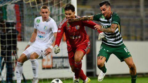 Mezõkövesd, 2018. augusztus 25. A mezõkövesdi Szalai Attila (b) és Dombó Dávid kapus (k), valamint a ferencvárosi Davide Lanzafame a labdarúgó OTP Bank Liga 6. fordulójában játszott Mezõkövesd Zsóry FC - Ferencvárosi TC mérkõzésen a mezõkövesdi városi stadionban 2018. augusztus 25-én. MTI Fotó: Czeglédi Zsolt