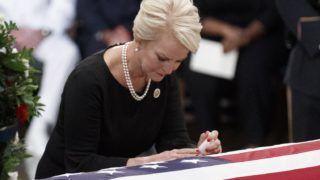 Washington, 2018. augusztus 31. Cindy McCain, John McCain arizonai szenátor, volt republikánus amerikai elnökjelölt felesége férjének az amerikai parlament washingtoni épületének Rotundájában tarott búcsúztatásán 2018. augusztus 31-én. McCain augusztus 25-én, 81 éves korában halt meg agydaganatban. (MTI/EPA/Shawn Thew)