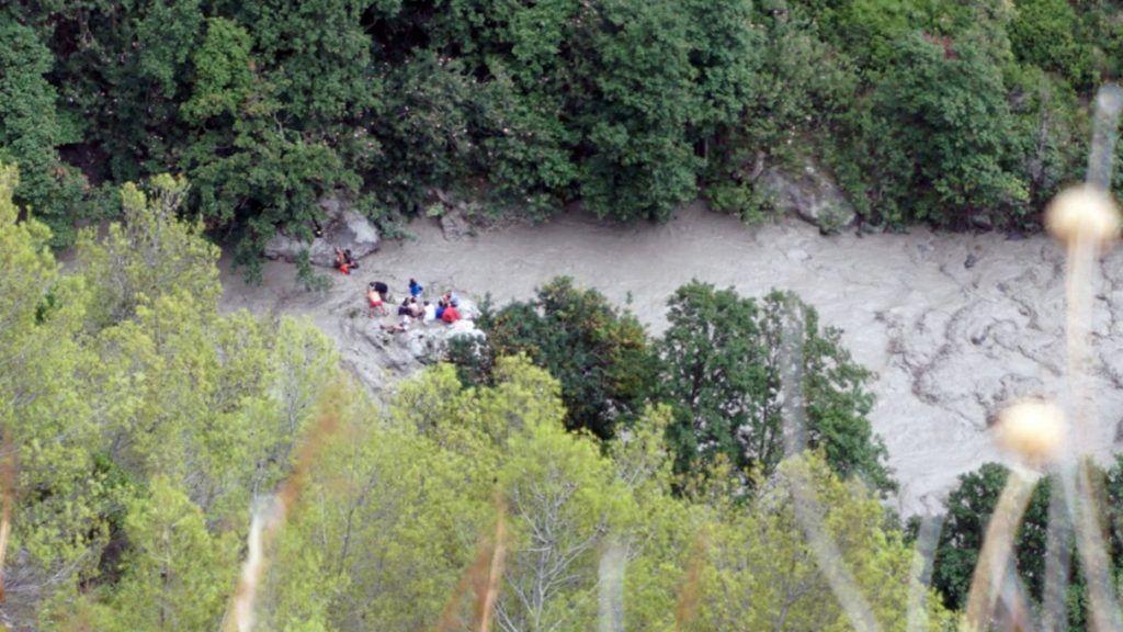 Civita, 2018. augusztus 20. Légi felvétel a Dél-Olaszországban fekvõ Raganello-szurdokban dolgozó mentõalakulatról a calabriai Civita hegyközség közelében 2018. augusztus 20-án. Legkevesebb nyolc túrázó fulladt a megáradt folyóba, többen eltûntek, miután a heves esõzések megduzzasztották a folyót a szakadékban. (MTI/EPA/Francesco Capitaneo)