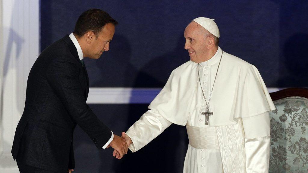 Dublin, 2018. augusztus 25. Leo Varadkar ír miniszterelnök (b) fogadja a kétnapos látogatáson Írországban tartózkodó Ferenc pápát Dublinban 2018. augusztus 25-én. (MTI/AP/Gregorio Borgia)