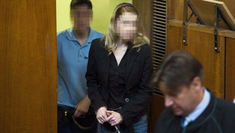 Budapest, 2014. szeptember 8. Eva Varholiková Rezesová vádlott (b2) az ellene négy halálos áldozatot okozó ittas járművezetés vádjával folyó másodfokú büntetőper tárgyalásán a Budapest Környéki Törvényszék tárgyalótermében 2014. szeptember 8-án. MTI Fotó: Koszticsák Szilárd