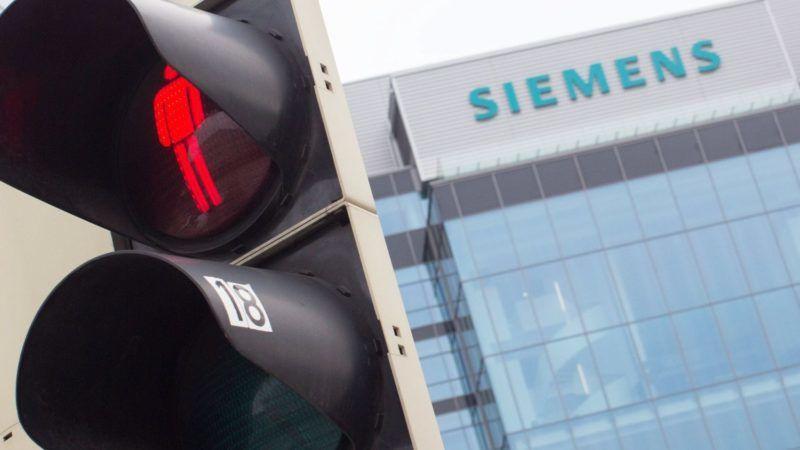 Bécs, 2017. november 17. A Siemens AG német gépipari konszern Siemens City nevû bécsi központja egy gyalogos átkelõhely közelében 2017. november 17-én. A Siemens vezetõsége az elõzõ napon bejelentette, hogy világszerte 6900 alkalmazottat bocsát el az erõmûvi, valamint a hajtómû és gázturbina üzletágának nehézségei miatt. Az érintett alkalmazottak mintegy fele Németországra jut, ahol három üzemét is bezárja a cég. (MTI/EPA/Lisi Niesner)