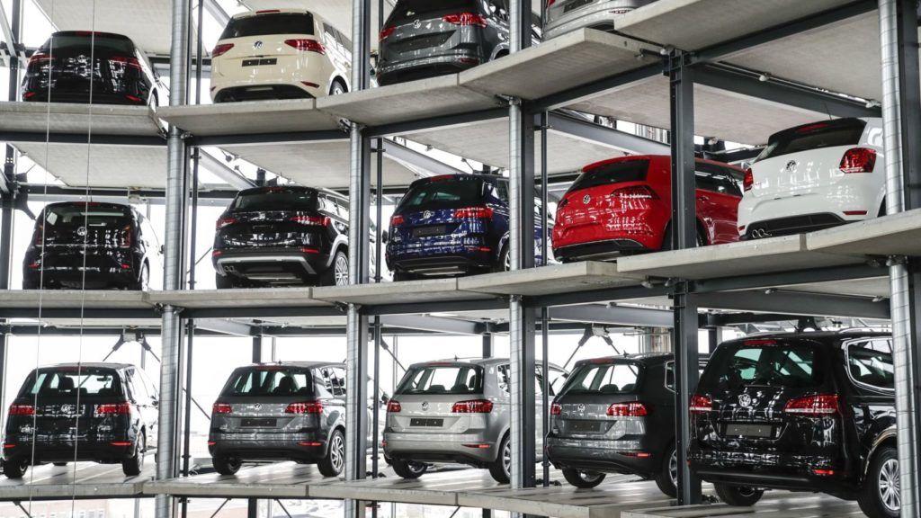 Wolfsburg, 2017. március 14. Személygépkocsik sorakoznak a Volkswagen német jármûgyártó szomszédságában lévõ Autóváros egyik raktártornyában az alsó-szászországi Wolfsburgban 2017. március 14-én. A Volkswagen konszern értékesítési árbevétele 2016-ban két százalékkal 217,3 milliárd euróra emelkedett és 5,1 milliárd euró nyereséget ért el az elõzõ évi 1,6 milliárdos veszteség után. A Volkswagen az elmúlt évben a Toyotát megelõzve 10,39 millió autó eladásával a világranglista élére került. (MTI/EPA/Carsten Koall)