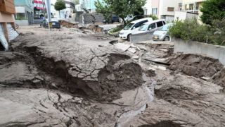 Cars are parked along a road damaged by an earthquake in Sapporo, Hokkaido prefecture on September 6, 2018. A powerful 6.6-magnitude quake rocked the northern Japanese island of Hokkaido on September 6, triggering landslides, collapsing buildings, and killing at least two people with several dozen missing. / AFP PHOTO / JIJI PRESS / JIJI PRESS / Japan OUT