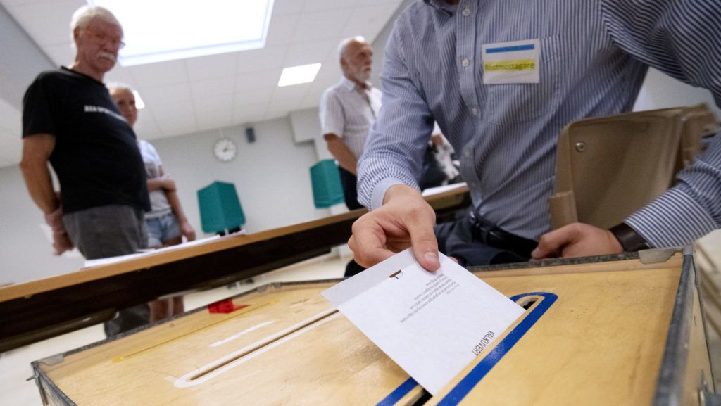 A voter casts his ballot at a polling station during the general elections on September 9, 2018 in Tomelilla, Sweden. / AFP PHOTO / TT NEWS AGENCY / Johan NILSSON / Sweden OUT