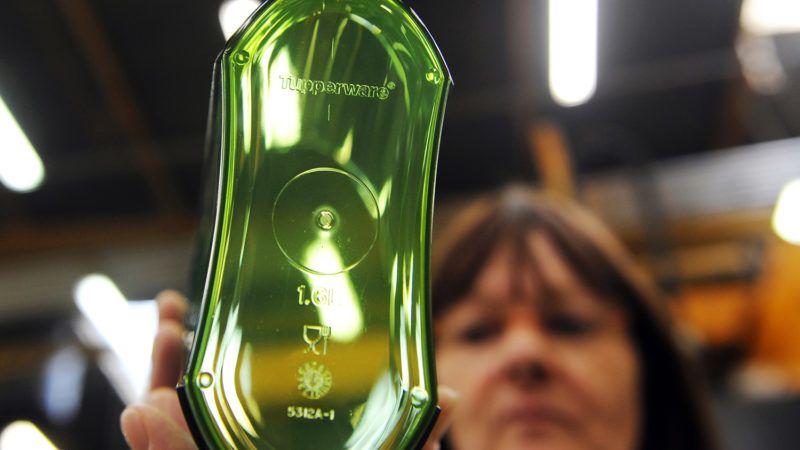 """POUR ILLUSTRER LE PAPIER DE DIODIER BEYNAC : """" Les boites Tupperware étanches ŕ la crise """". Une ouvričre contrôle la qualité d'un récipient avant son emballage, le 1er février 2010, dans l'usine Tupperware de Joué-les-Tours. Tupperware, le spécialiste de la boite hermétique vendue, reste étanche ŕ la crise: son site français de Joué-les-Tours, en Indre-et-Loire, oů se concoctent les nouveaux modčles, affiche une santé enviable en ces temps de récession. """"Nous ne sommes pas +impactés+ par la crise"""", assure Denis Gruet, le président directeur général de Tupperware France, dans un entretien avec l'AFP.    AFP PHOTO/ALAIN JOCARD / AFP PHOTO / ALAIN JOCARD"""