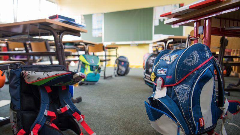 31.08.2018, Saxony, Pirna: School satchels stand in a classroom in the primary school in the Pirna district Sonnenstein. Photo: Monika Skolimowska/dpa-Zentralbild/dpa