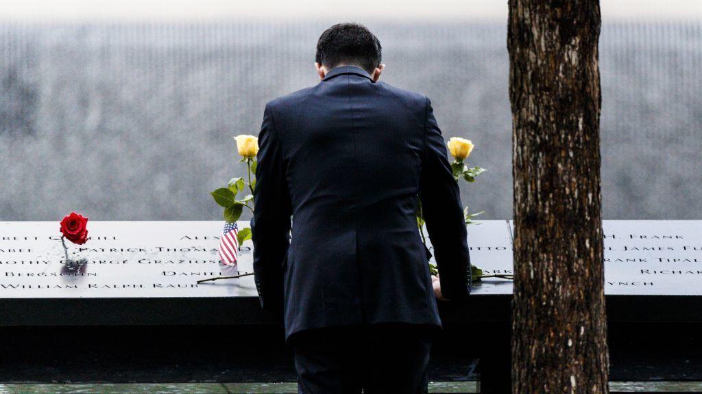 New York, 2018. szeptember 11. Megemlékezõ áll a Szeptember 11. Emlékmûnél, a 2001. szeptemberi New York-i terrortámadásban megsemmisült Világkereskedelmi Központ ikertornyainak helyén létesített Ground Zero területén 2018. szeptember 11-én, az Egyesült Államok elleni 2001. szeptember 11-i repülõgépes terrortámadások 17. évfordulóján. (MTI/EPA/Justin Lane)