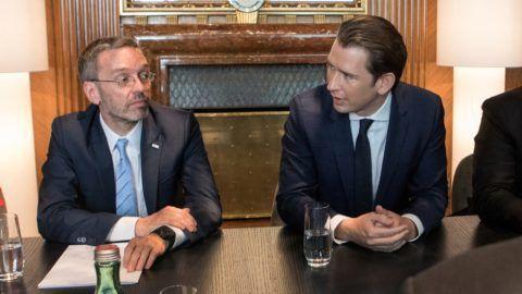 German Interior Minister Horst Seehofer (R) meets with Austria's Interior Minister Herbert Kickl (L) and Austrian Chancellor Sebastian Kurz on July 5, 2018 in Vienna, Austria. / AFP PHOTO / ALEX HALADA