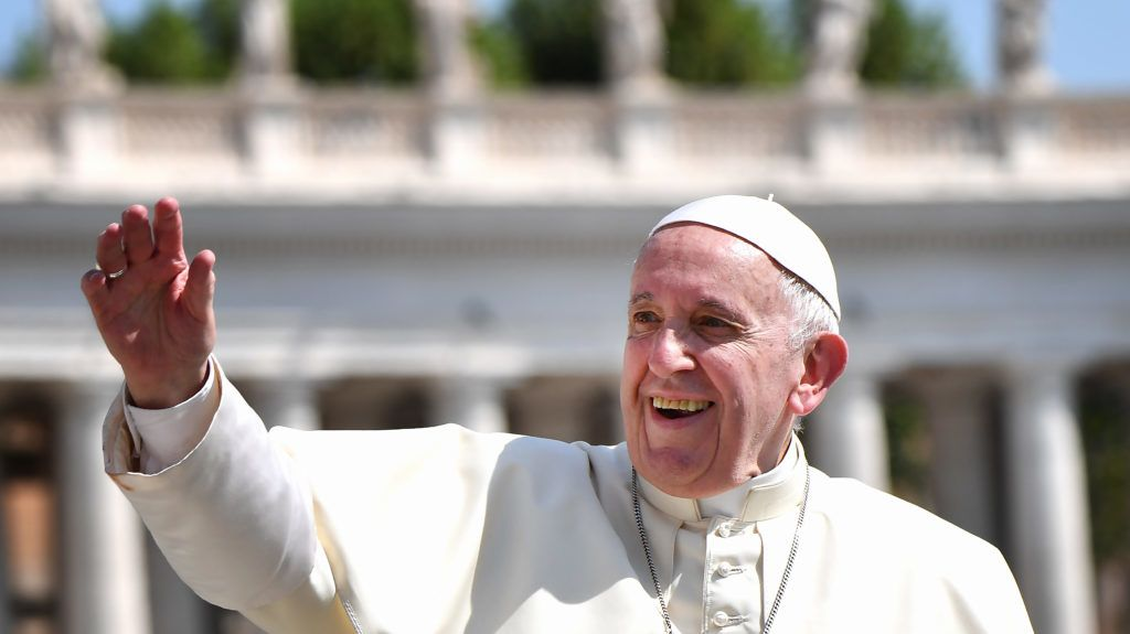Pope Francis waves at the end of his weekly general audience on St.Peter's square on August 29, 2018 at the Vatican.  / AFP PHOTO / Alberto PIZZOLI