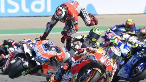 Ducati Team's Spanish rider Jorge Lorenzo (C) falls during MotoGP race of the Moto Grand Prix of Aragon at the Motorland circuit in Alcaniz on September 23, 2018. / AFP PHOTO / JOSE JORDAN