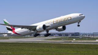 Boeing 777-300ER, long-range wide-body twin-engine jet airliner from Emirates, airline based in Dubai, United Arab Emirates taking off from runway | Boeing 777-300ER, avion de ligne gros porteur, long courrier et biréacteur de Emirates, compagnie aérienne basée à Dubaï 06/05/2018