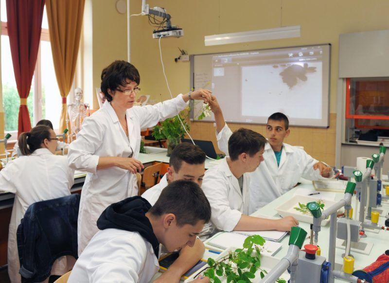 Hajdúnánás, 2015. május 22 Maghiné Seres Marianna (középen) biológia órát vezet a 9. évfolyamos tanulóknak a Kõrösi Csoma Sándor Gimnázium, Szakközép, Szakképzõ Iskola és Kollégium Öveges Laboratóriumában. A speciálisan felszerelt természettudományi laboratóriumban bemutatók és kísérletek segítségével a város és a környezõ települések csaknem 2000 tanulója kap képzést.MTVA/Bizományosi: Oláh Tibor  *************************** Kedves Felhasználó! Az Ön által most kiválasztott fénykép nem képezi az MTI fotókiadásának, valamint az MTVA fotóarchívumának szerves részét. A kép tartalmáért és a szövegért a fotó készítõje vállalja a felelõsséget.