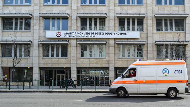 Budapest, 2016. február 27.Egy szirénázó menőautó halad el a Magyar Honvédség Egészségügyi Központ épülete előtt a főváros XIII. kerületében, a Pap Károly utcában.MTVA/Bizományosi: Róka László ***************************Kedves Felhasználó!Ez a fotó nem a Duna Médiaszolgáltató Zrt./MTI által készített és kiadott fényképfelvétel, így harmadik személy által támasztott bárminemű – különösen szerzői jogi, szomszédos jogi és személyiségi jogi – igényért a fotó készítője közvetlenül maga áll helyt, az MTVA felelőssége e körben kizárt.