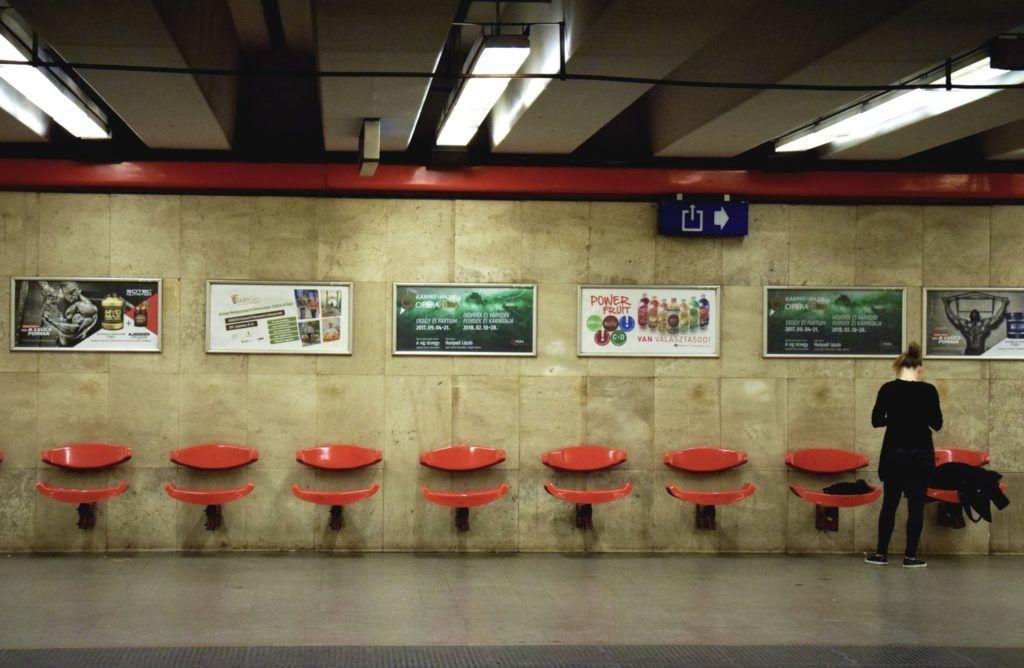 Budapest, 2017. szeptember 23. Pihenõszékek és reklámtáblák az M3-as metróvonal Árpád hídi állomásán. MTVA/Bizományosi: Róka László  *************************** Kedves Felhasználó! Ez a fotó nem a Duna Médiaszolgáltató Zrt./MTI által készített és kiadott fényképfelvétel, így harmadik személy által támasztott bárminemû – különösen szerzõi jogi, szomszédos jogi és személyiségi jogi – igényért a fotó készítõje közvetlenül maga áll helyt, az MTVA felelõssége e körben kizárt.