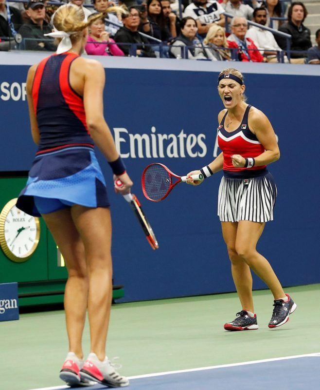 New York, 2018. szeptember 9. Babos Tímea (j) és csapattársa, a francia Kristina Mladenovic játszik az ausztrál Ashleigh Barty és az amerikai CoCo Vandeweghe alkotta kettõs ellen az amerikai nemzetközi teniszbajnokság nõi páros versenyének döntõjében a New York-i Flushing Meadowsban 2018. szeptember 9-én. (MTI/EPA/John G. Mabanglo)  *** Local Caption *** 53000073