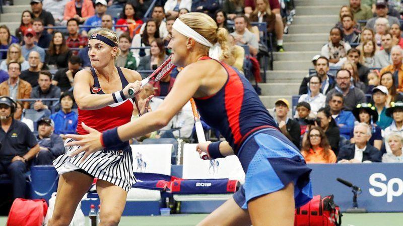 New York, 2018. szeptember 9. Babos Tímea (b) és csapattársa, a francia Kristina Mladenovic játszik az ausztrál Ashleigh Barty és az amerikai CoCo Vandeweghe alkotta kettõs ellen az amerikai nemzetközi teniszbajnokság nõi páros versenyének döntõjében a New York-i Flushing Meadowsban 2018. szeptember 9-én. (MTI/EPA/John G. Mabanglo)  *** Local Caption *** 53000073