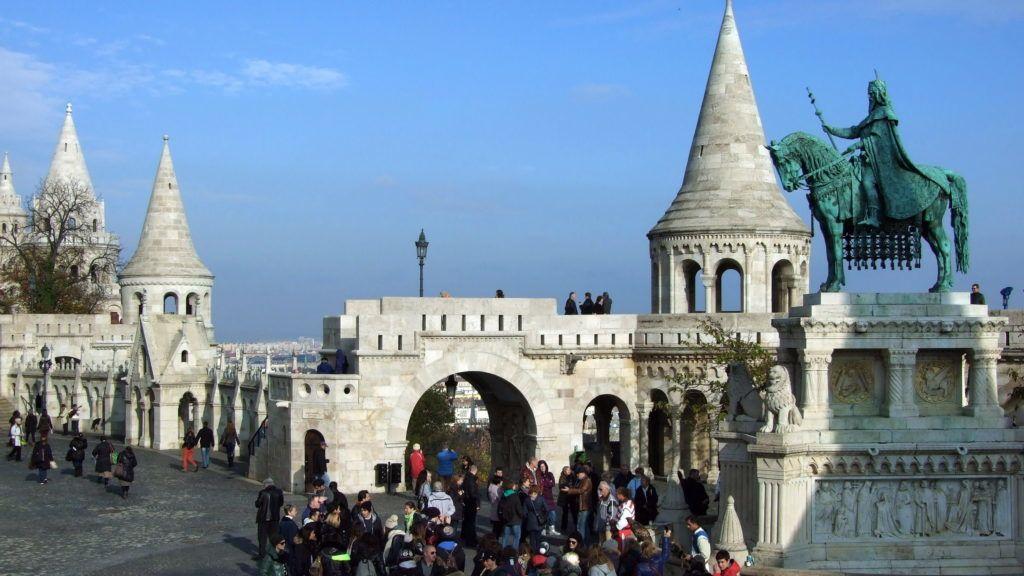 Budapest, 2013. november 20. Városnézõ külföldi turisták népes csoportja ismerkedik a Halászbástyával és Szent István király lovasszobrával a fõváros I. kerületében, a Budai Várban. MTVA/Bizományosi: Jászai Csaba  *************************** Kedves Felhasználó! Az Ön által most kiválasztott fénykép nem képezi az MTI fotókiadásának, valamint az MTVA fotóarchívumának szerves részét. A kép tartalmáért és a szövegért a fotó készítõje vállalja a felelõsséget.