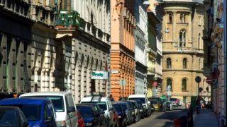 Budapest, 2017. március 31. A Vadász utca részlete a fõváros V. kerületében. Jobbra, az Alkotmány utcai keresztezõdésben a régi Törvényszék kupolás épülete.  MTVA/Bizományosi: Jászai Csaba  *************************** Kedves Felhasználó! Ez a fotó nem a Duna Médiaszolgáltató Zrt./MTI által készített és kiadott fényképfelvétel, így harmadik személy által támasztott bárminemû – különösen szerzõi jogi, szomszédos jogi és személyiségi jogi – igényért a fotó készítõje közvetlenül maga áll helyt, az MTVA felelõssége e körben kizárt.
