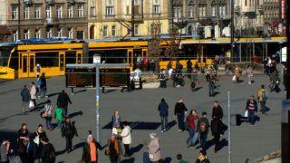 Budapest, 2018. március 17. A Budapesti Közlekedési Központ (BKK) egyik Combino villamosa megérkezett a fõváros egyik forgalmas közlekedési csomópontjába, a Széll Kálmán térre. MTVA/Bizományosi: Jászai Csaba  *************************** Kedves Felhasználó! Ez a fotó nem a Duna Médiaszolgáltató Zrt./MTI által készített és kiadott fényképfelvétel, így harmadik személy által támasztott bárminemû – különösen szerzõi jogi, szomszédos jogi és személyiségi jogi – igényért a fotó készítõje közvetlenül maga áll helyt, az MTVA felelõssége e körben kizárt.