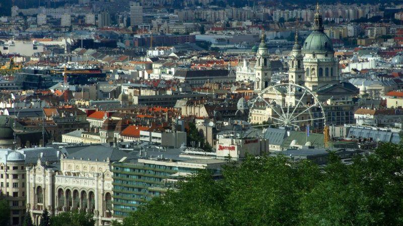 Budapest, 2018. június 28. A Pesti Vigadó épülete (b), a Hotel Marriott szálloda, a Szent István-bazilika épülete és az Erzsébet téri alkalmi óriáskerék a fõváros pesti panorámájában. MTVA/Bizományosi: Jászai Csaba  *************************** Kedves Felhasználó! Ez a fotó nem a Duna Médiaszolgáltató Zrt./MTI által készített és kiadott fényképfelvétel, így harmadik személy által támasztott bárminemû – különösen szerzõi jogi, szomszédos jogi és személyiségi jogi – igényért a fotó készítõje közvetlenül maga áll helyt, az MTVA felelõssége e körben kizárt.