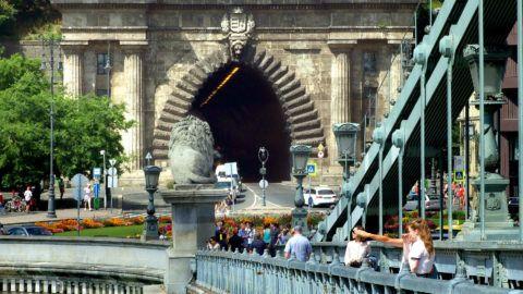 Budapest, 2018. július 3. Külföldi fiatal turisták nézik a budai panorámát a Széchenyi lánchídról. Háttérben a várhegyi Alagút és a Clark Ádám tér. MTVA/Bizományosi: Jászai Csaba  *************************** Kedves Felhasználó! Ez a fotó nem a Duna Médiaszolgáltató Zrt./MTI által készített és kiadott fényképfelvétel, így harmadik személy által támasztott bárminemû – különösen szerzõi jogi, szomszédos jogi és személyiségi jogi – igényért a fotó készítõje közvetlenül maga áll helyt, az MTVA felelõssége e körben kizárt.