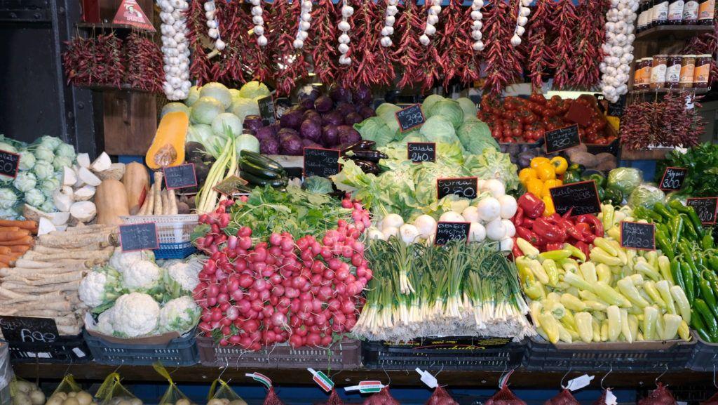 Budapest, 2018. március 31. Bőséges választék az egyik zöldségüzlet pultján a Fővám téri Központi Vásárcsarnokban - ismertebb nevén a Nagycsarnokban.  MTVA/Bizományosi: Nagy Zoltán  *************************** Kedves Felhasználó! Ez a fotó nem a Duna Médiaszolgáltató Zrt./MTI által készített és kiadott fényképfelvétel, így harmadik személy által támasztott bárminemű – különösen szerzői jogi, szomszédos jogi és személyiségi jogi – igényért a fotó készítője közvetlenül maga áll helyt, az MTVA felelőssége e körben kizárt.