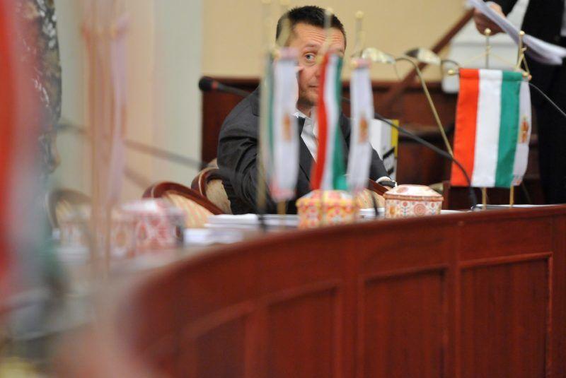 Budapest, 2011. december 21. Rogán Antal, a Fidesz-KDNP-frakció képviselõje, az V. kerület polgármestere részt vesz a Fõvárosi Közgyûlés rendkívüli ülésén, a Városházán. MTI Fotó: Kovács Tamás